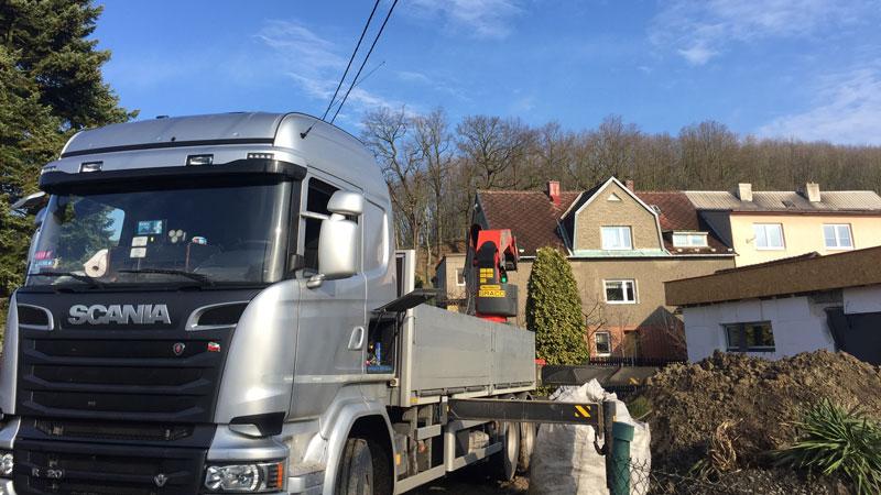 Naše nákladní vozidlo s hydraulickou rukou