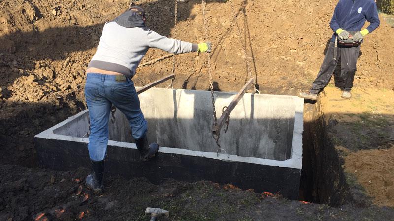 Osazování žumpy do připravené jámy
